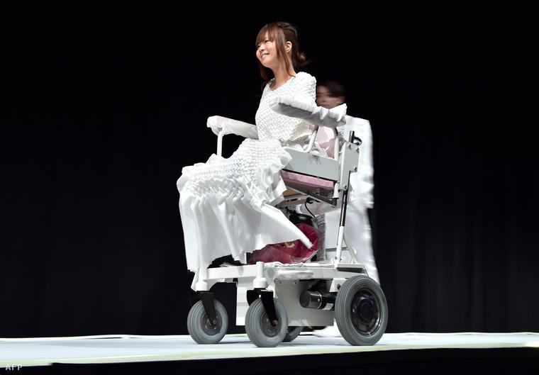 Ami Sano a bal lábával tudja irányítani a joystickkel mozgatható, elektromos kerekesszékét.