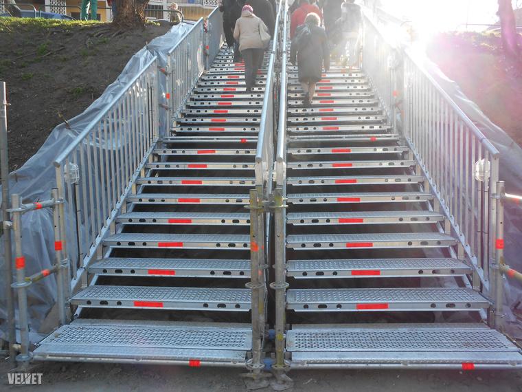 Okos módon két részre osztották a lépcsőket, így a feláramló és a leáramló tömeg is tud a maga oldalán haladni.