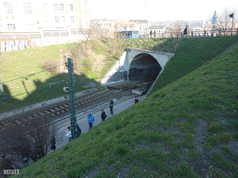 A Széll Kálmán térre vezető villamos- (és gyalogos)alagutat nemrég lezárták, emiatt a gyalogosoknak némi lépcsőzéssel megterhelt kerülőt kell tenniük a Vérmező úton.