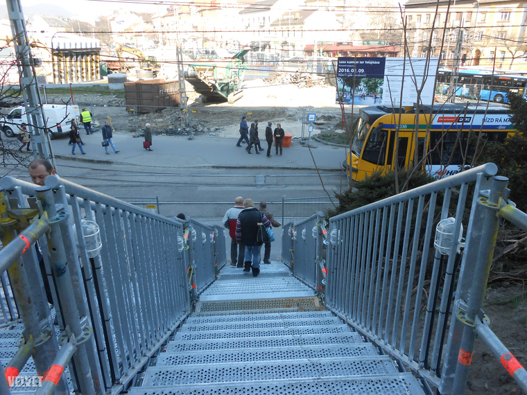 A másik oldali lépcsőnél már eloszlik a nép, van aki tovább megy a Mammut felé, van aki lemegy a 4-6-oshoz.