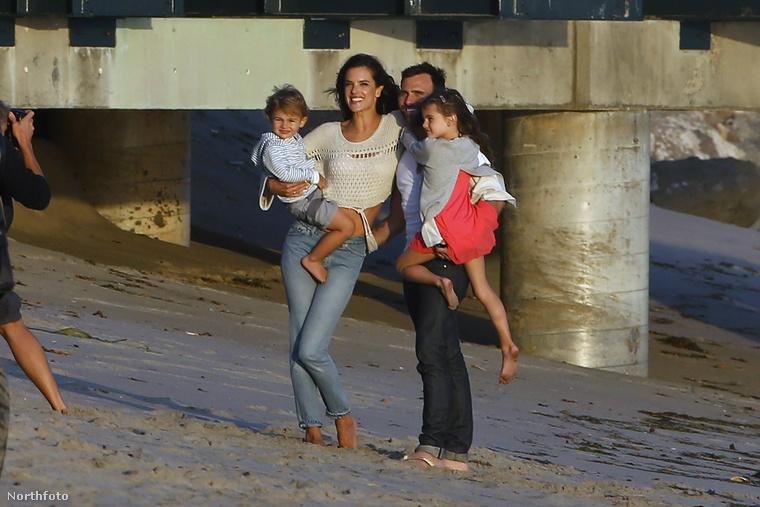 Alessandra Ambrosio pasijával, Jamie Mazurral és két gyermekével érkezett egy tengerparti fotózásra.