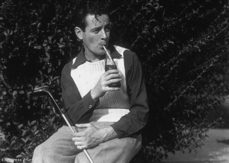1935 - egy golfozó férfi Coca-colát iszik