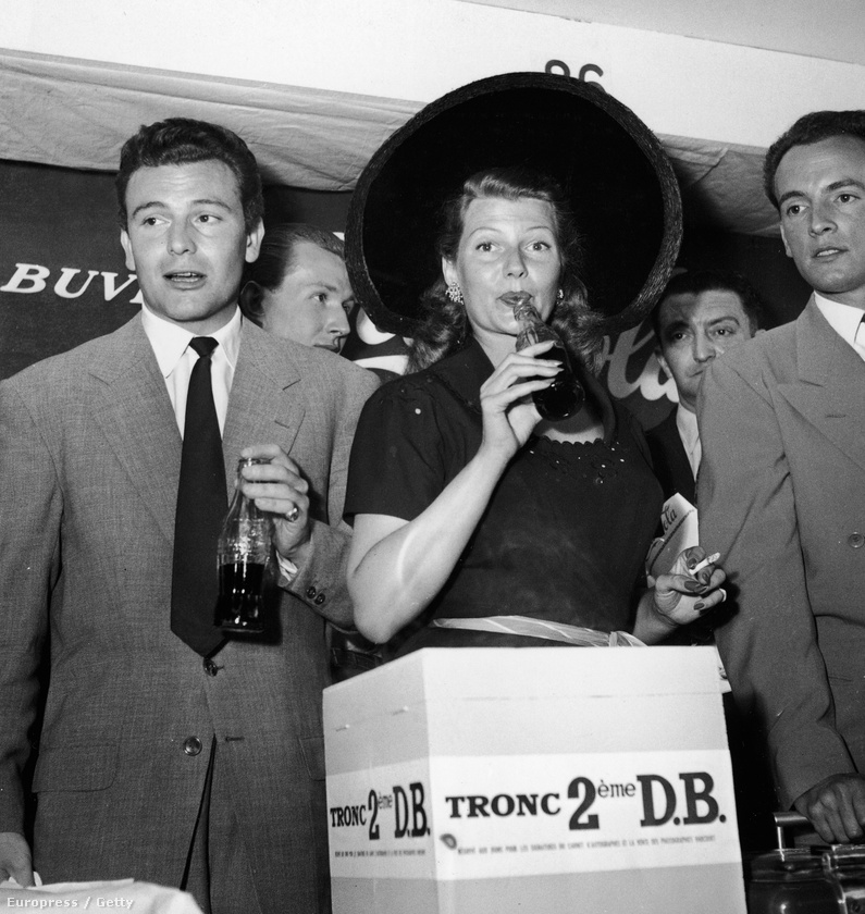 1950 - Rita Hayworth kólát iszik