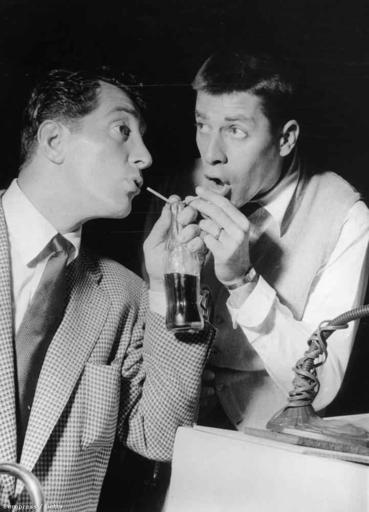 1955 - Dean Martin és Jerry Lewis közös üvegből kólázik