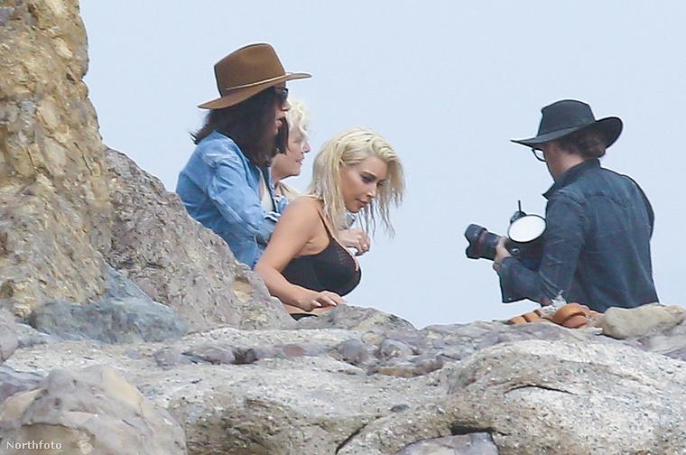 Végül barátkozzanak még egy kicsit Kim Kardashian bikinis vagy melltartós fotózásának képeivel!