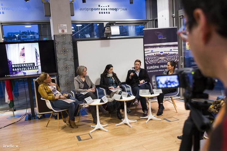 Dr. Haidegger Marianna gyermekjogi szakjogász, dr. Szabó Mónika szociálpszichológus, Marton Éva pedagógus, Sebhelyi Viktóriaszociológus és Vincze Barbara újságíró