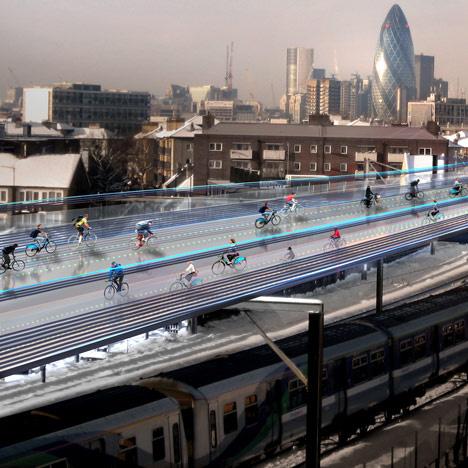 A SkyCycle néven futó projecten belül egy 220 kilométer hosszúságú bicikli utat húznának fel a külvárosi HÉV-ek és vonatok oszloprendszerének tetejére, amivel hat millió ingázó ember számára könnyítenék meg a közlekedést,  ez körülbelül 12 ezer biciklist jelentene óránként. A brit főváros egyébként is élen jár bicikliút fronton, körülbelül 3200 km hosszúságú bicikliúttal rendelkezik.