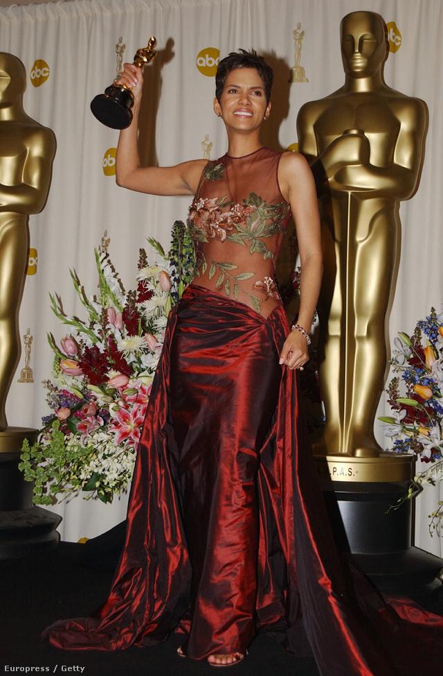 Halle Berry 2002-ben Elie Saab-estélyiben vette át a legjobb színésznőnek járó Oscart