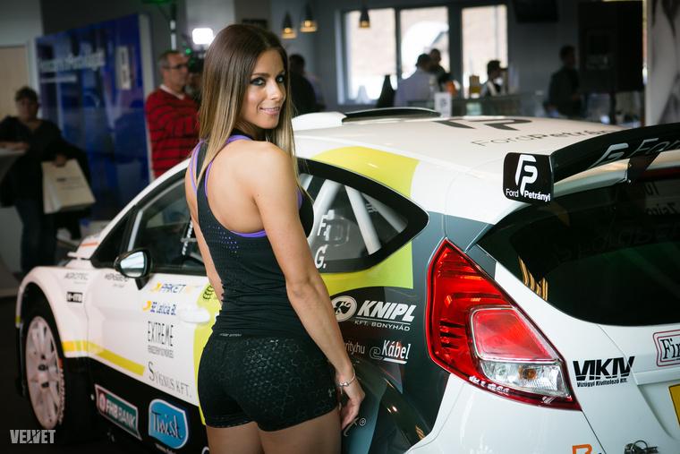 Regős Lili itt épp a Turán Frigyes, Zsiros Gábor duó új Fiesta R5-ösének hátsóját mutatja.
