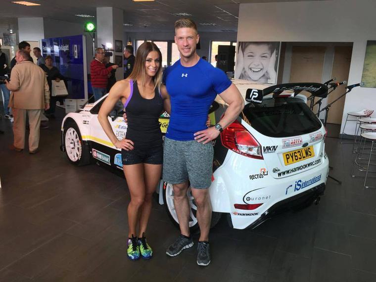 De kezdjük az elején: Az F&M-Cybex Team két versenyzője, Regős Lili és Bogár János azért vett részt Turán Frigyes raliversenyző autóbemutatóján, mert az újra Forddal versenyző pilóta a Fit4Race nevű program segítségével készül az idei szezonra