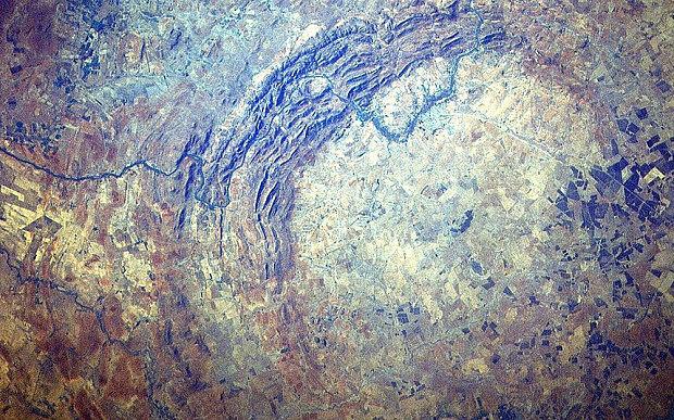 Az eddigi ismert legnagyobb becsapódási helyszín, a 160 kilométer átmérőjű Vredefort kráter Dél-Afrikában.