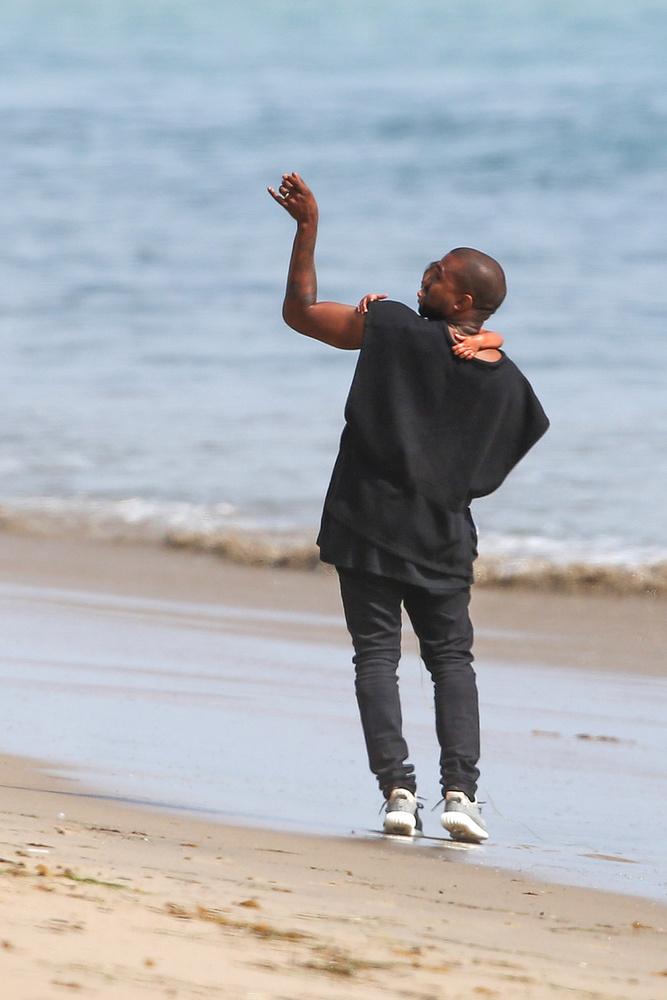 -Nézd, ott van az anyád, aki nem tud lejönni a partra a cipője miatt!