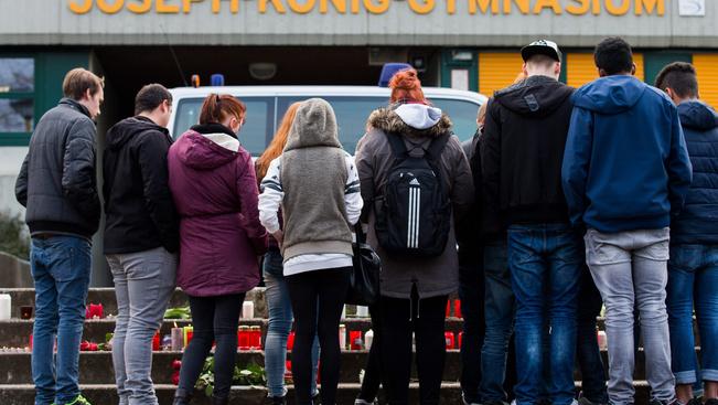 Főhajtás a Joseph-König gimnázium bejárata előtt a németországi Haltern am See városban. A gimnázium 16 tanulója és 2 tanára is a lezuhant gépen utazott.