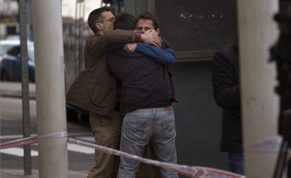 Hozzátartozók vigasztalják egymást a barcelonai El Prat repülőtéren. A gépen 45 spanyol utas tartózkodott.