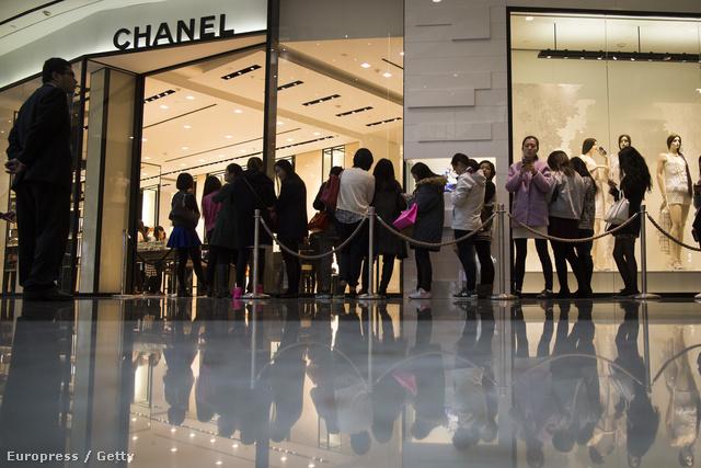 Kínában nem a H&M előtt állnak sorba az emberek.