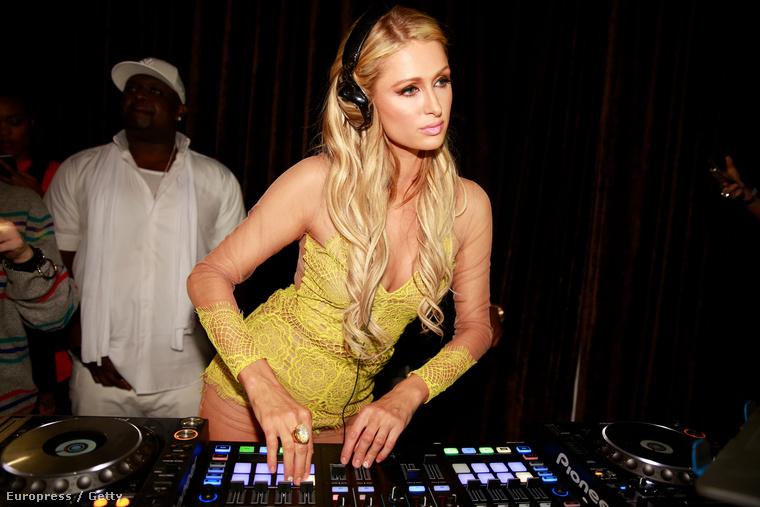 Paris Hilton az elmúlt években olyan sikeresen elhitette az egész világgal, hogy ő DJ, hogy úgy tűnik, ezt már ő maga is elhitte.