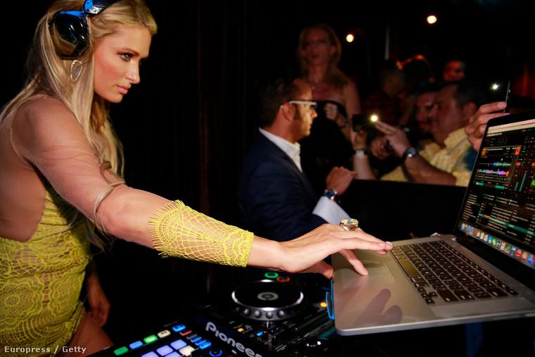 A celebnő most Miamiban pakolta a lemezeket, illetve nyomogatta a gombokat a gépén.