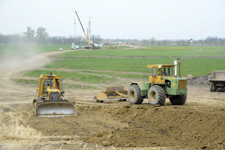 Feltáróút építésén dolgoznak munkagépek az épülő M4-es autópálya kitűzött nyomvonalán Szolnok határában 2014. április 4-én