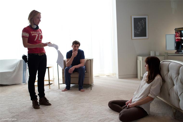Sam Taylor-Johnson és a film két főszereplője a forgatáson