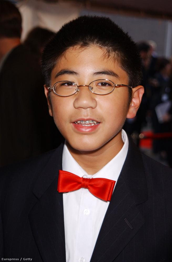 Robert TsaiTsai volt az iskolai rockzenekar billentyűse, 13 éves volt, amikor a filmet forgatták.