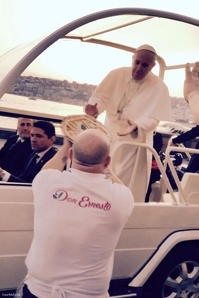 És a vége felé jöjjön Ferenc pápa, aki Nápolyban ugrott le egy kis pizzáért a pápamobillal.