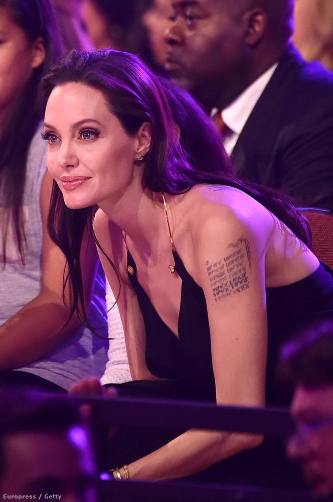 A Nickelodeon Kids' Choice díjátadón jelent meg Angelina Jolie gyerekeivel és az egész családozás annyira cukira sikerült, hogy megrendezni sem lehetett volna jobban