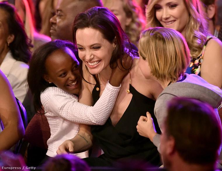 Az esemény nem csak a cukiságfaktora miatt érdekes, de ez volt az első nyilvános esemény, melyen Jolie megjelent, mióta a petefészkeit és petevezetékét távolítottatta el, hogy csökkentsék a rák kialakulásának kockázatát