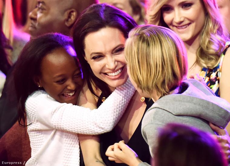 Zahara Jolie-Pitt és Siloh nem csak nagyon jól érezte magát, de látszólag nagyon imádják az anyukájukat.