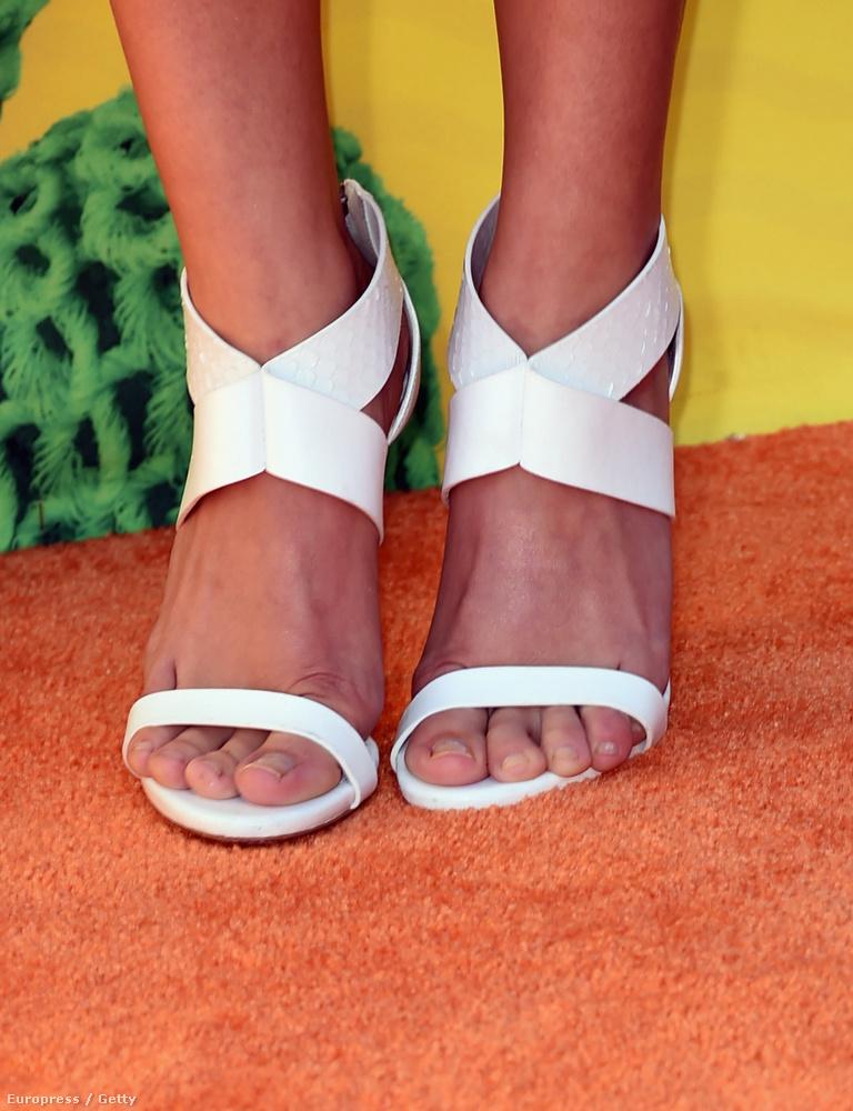 Ez a meg nem nevezett celebnő még jól járt, mert csak felvett egy olyan cipőt, amiben nyomorultul néz ki a lábfeje: felül lötyög, alul lecsúsznak a lábujjai, a vádlijai meg széttartanak