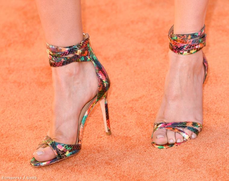 Ez a cipő annyira menő, hogy csaknem elterelte a figyelmünket a bőrkeményedésekről, pedig azért ott vannak