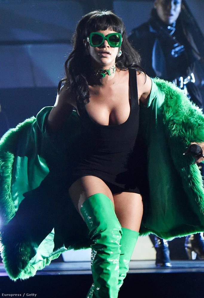 Az énekesnő ugyanis nem csak a rettenetesen nagyon zöld csizmájával is bundájával és szemüvegével és nyakláncával és úgy amúgy mindenével keltette fel mindenki figyelmét...