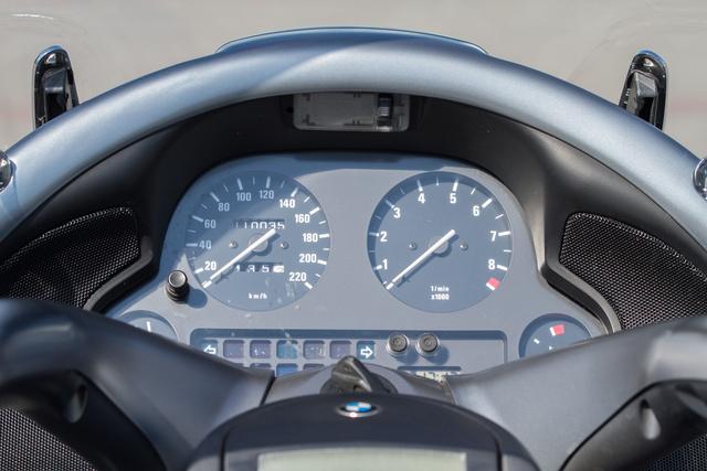 Autós műszerfal, a korabeli autó-BMW-ket idézi