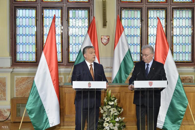 Orbán Viktor miniszterelnök és Fodor Tamás (Fidesz-KDNP) polgármester sajtótájékoztatót tart a soproni városházán 2015. március 25-én.