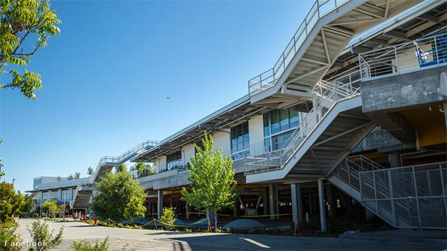 A hétvégén egy-két szerencsés Instagrammozó bepillantást nyert a Facebook vadiúj, MPK 20 névre keresztelt központjába a kaliforniai Menlo Parkban, majd a napokban Marc Zuckerberg és más Facebook alkalmazottak is kiposztoltak pár látványos fotót a Frank Gehry által tervezett óriási, zöldtetős épületről.