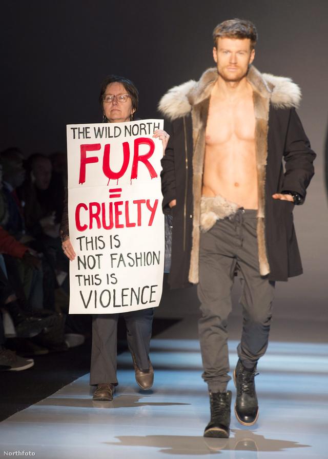 Tüntető a The Wild North bemutatóján
