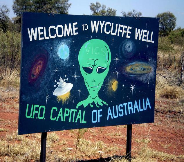 Tábla köszönti az ufóturistákat az ausztrál ufóészlelések fővárosában