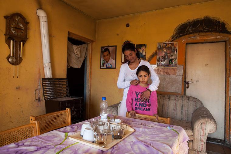 Brenda 8 éves, boltos néni szeretne lenni. Nevelőanyja, Mónika vendéglátós vagy varrónő akart lenni, de nem végezte el az iskolákat, most az Igazgyöngy Alapítványnál dolgozik. Toldon élnek.
