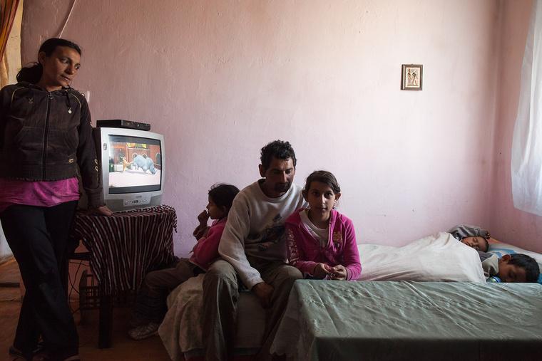Heni 9 éves, óvónő szeretne lenni. Édesanyja Kiss Klára gyerekekkel szeretett volna foglalkozni, de abbahagyta az iskolát, most otthon van, édesapja Juhász József biztonsági őr képzést végzett, jelenleg közmunkásként dolgozik. Körösszakálon élnek.