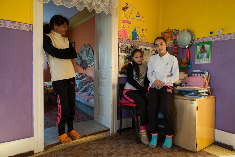 Zsófi 11 éves és még nem tudja, mi szeretne lenni, Judit 13 éves és rendőr szeretne lenni. Magdolna 51 éves, öreggondozó akart lenni és akként is dolgozott egy ideig, jelenleg háztartásbeli. Körösszakálon élnek.