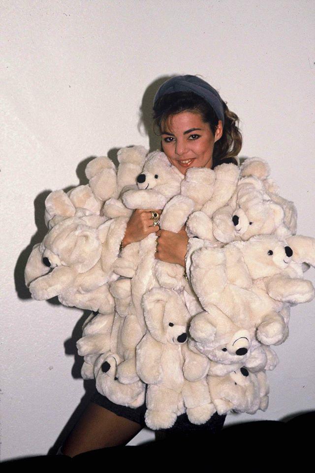 Több hírességeket is lencsevégre kaptak Castelbajac medvés kabátjában a kilencvenes évek legelején.