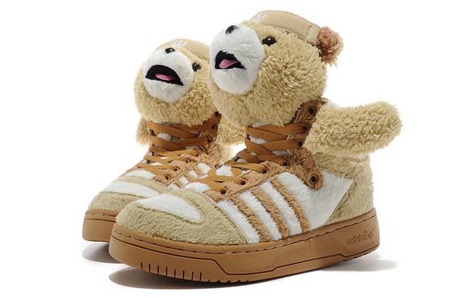 Jeremy Scott az Adidast is ellátta medvékkel.