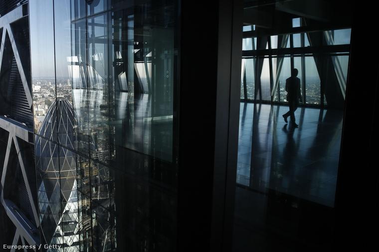Üres kilátó egy felhőkarcoló emeletén London üzleti negyedében