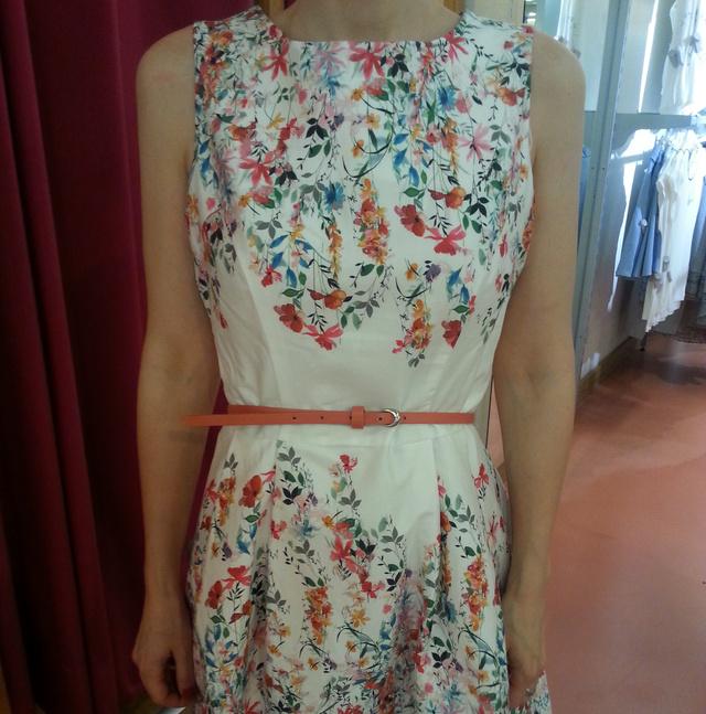 Az Orsay tele van nőies, kellemes anyagú ruhákkal, ez itt 11495 Ft