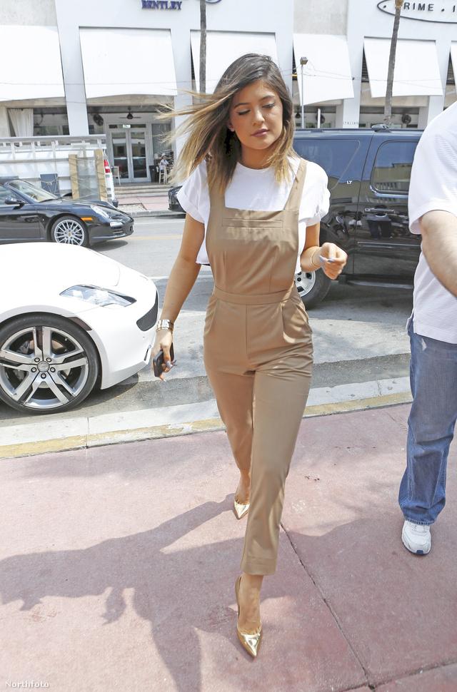 Kylie Jenner arany színű hegyes orrú cipőt passzintott bézs kezeslábasához.
