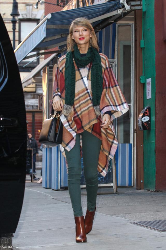 Taylor Swift a Burberry olcsóbb kategóriás, Topshop féle verziójában sétált New Yorkban.