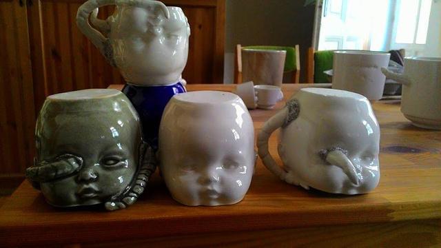 A Concrete Lips / Mino Washi névre keresztelt kiállításon Hári Andrea beton és porcelán használatai tárgyai valamint Somogyi Éva papírral való kísérletezései tekinthetőek meg.