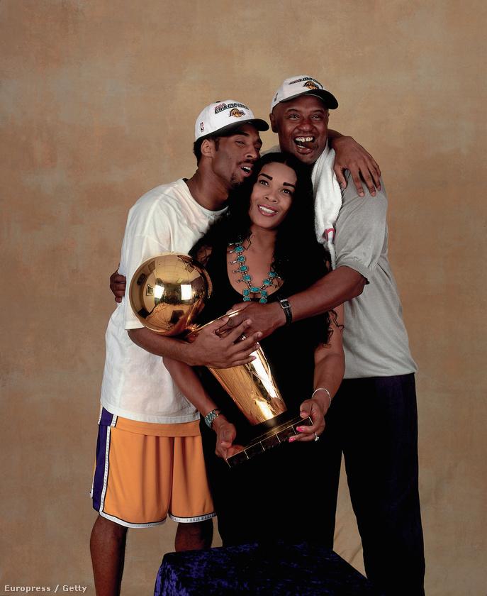 Kobe BryantA híres kosárlabdázó 2013-ban azért perelte be az anyját, mert az engedélye nélkül bocsátotta árverésre egy csomó középiskolai tárgyát, régi mezeket, cipőket, érmeket, ilyesmiket