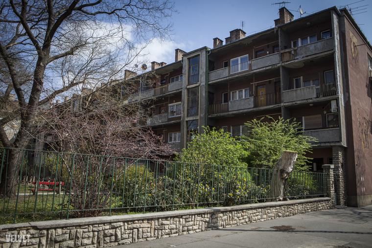 A régi lakóházak ilyenek, erkélyes házak, saját kerttel, padokkal, porolókkal.