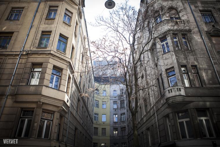 Hangulatos és gyönyörű épületek ugyan máshol is vannak Budapesten, de itt egymás mellett van rengeteg a Duna mellett.