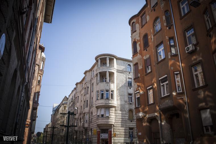 Felújításra szoruló házak, és már felújított házak állnak egymás mellett a Kresz Géza utcában